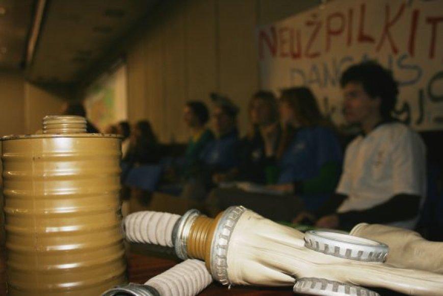 Protestuojantis jaunimas į tarybos posėdį atsinešė dujokaukių.