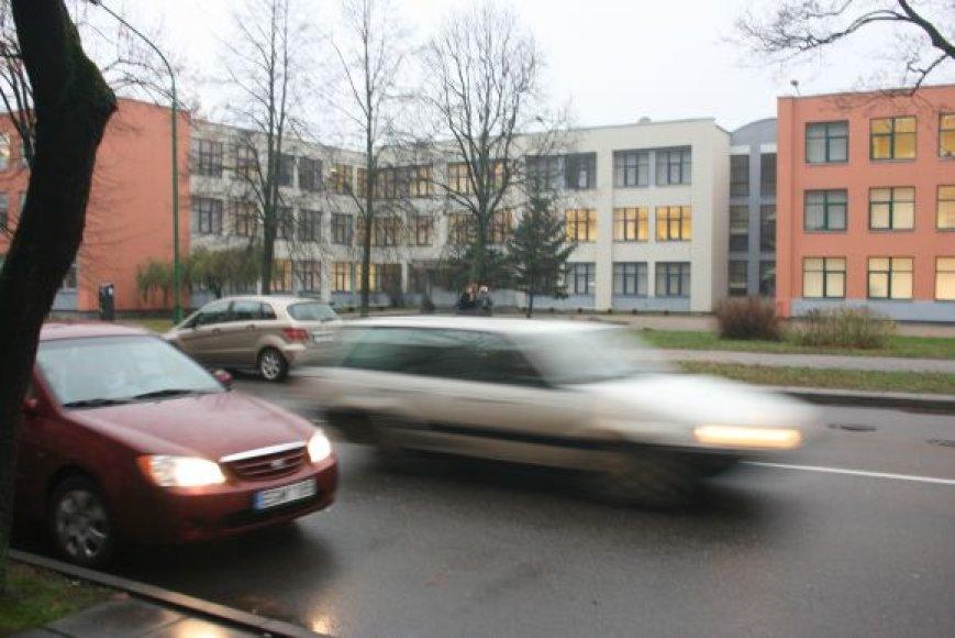 ) Dėl eismo intensyvumo nerimauja Klaipėdos M.Gorkio pagrindinės mokyklos vadovai.