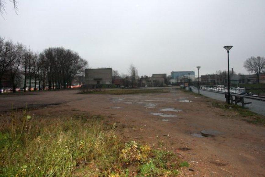 Tarp Pilies gatvės ir Pilies kanalo, norima įrengti automobilių stovėjimo aikštelę.