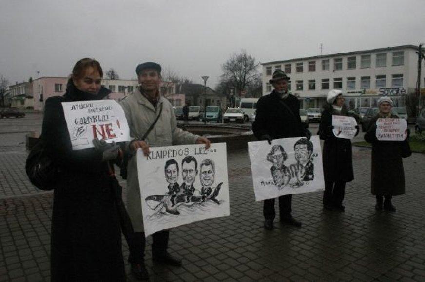 Mitinguotojai ketvirtadienį prie Klaipėdos rajono savivaldybės tarybos pastato.