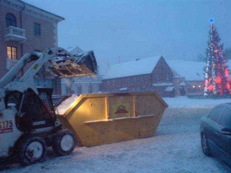 Sniegas išvežamas į aikšteles, esančias Žardėje bei Pievų gatvėje. 2010 m. gruodžio 21 d.