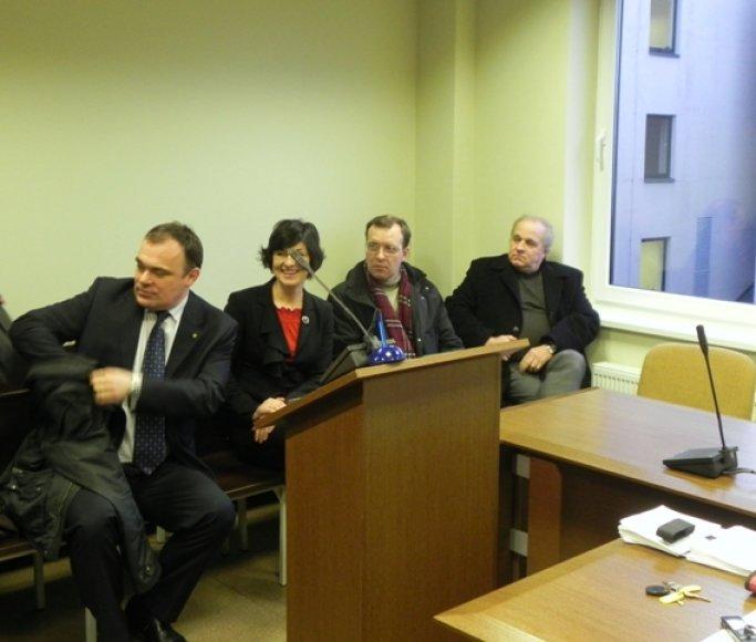Ketvirtadienį į teismą atejo tik keli byloje figūruojantys busvusios ir dabartinės tarybos nariai.
