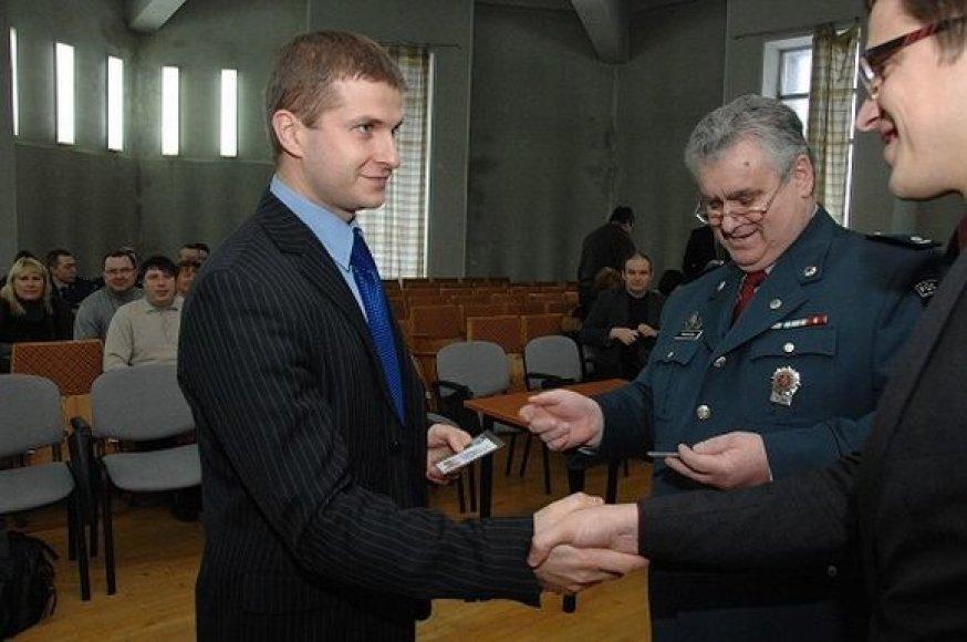 Daugiabučių namų administratoriams pareigūnai įteigė policijos rėmėjų pažymėjimus.
