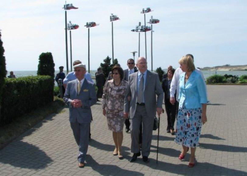Į Nidą atvykusius svečius Neringos savivaldybės aikštėje pasitiko Neringos savivaldybės meras A.Vinkus.