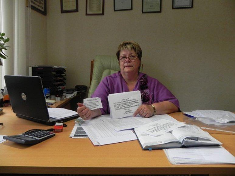 """Daugiabučių namų valdos """"Paslaugos būstui"""" direktorė R.Uznienė baiminasi, kad laiptinėse iškabinėti remontininkų skelbimai gali būti apgaulė."""