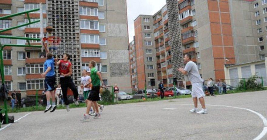 """Apleistos krepšinio aikštelės renovacija – Nacionalinės pastatų administratorių asociacijos iniciatyvos """"Mūsų kiemas"""" dalis."""
