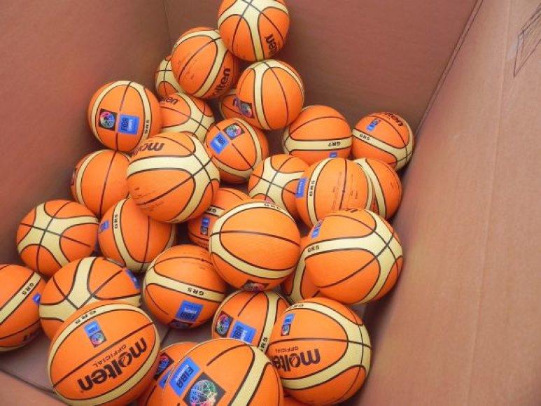 Pripūstus kamuolius žmonės metė į karto dėžes.