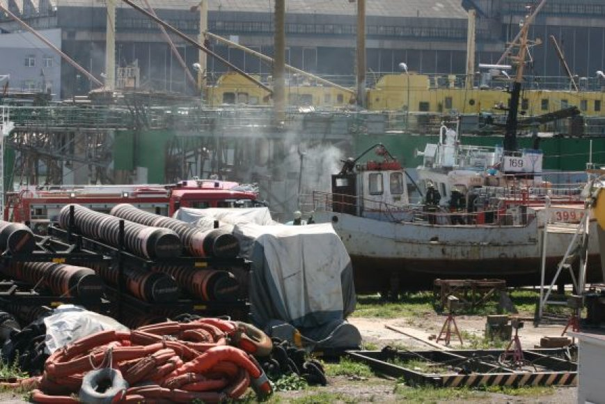 Klaipėdos laivų remonto įmonės teritorijoje užsidegė laivas.