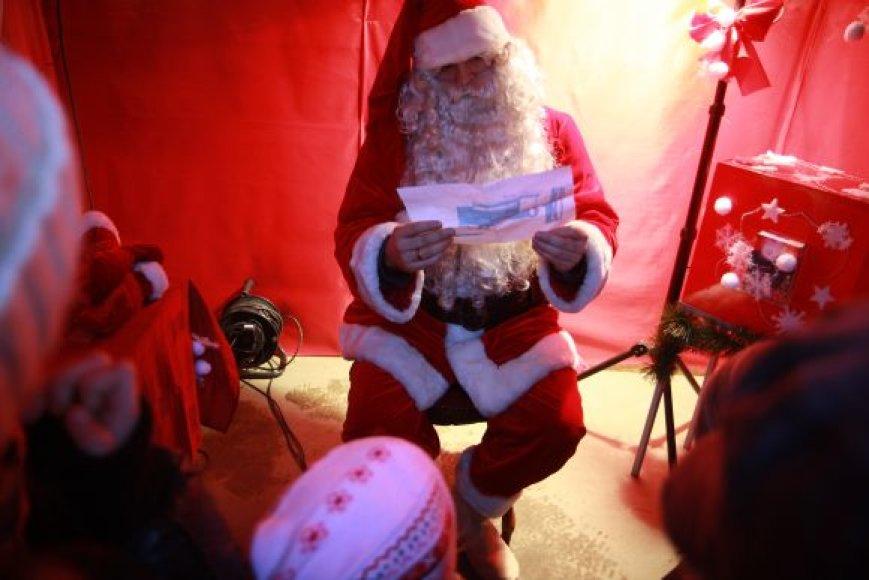 Kalėdų Senelį susitikti galima Teatro aikštėje kiekvieną pavakarę.