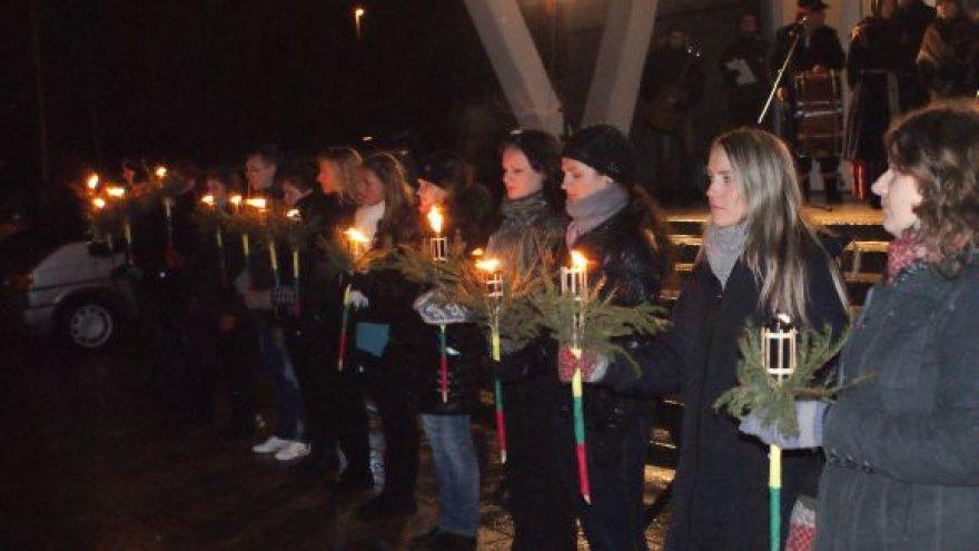 Klaipėdos valstybinės kolegijos studentai kasmet renkasi sergėti Laisvės laužo.
