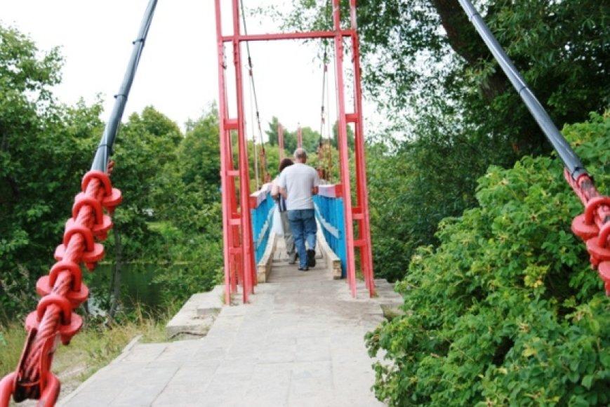 Šventosios tiltas jau visai susenęs, nepaisant to nebetinkamu naudoti tiltu šiltosiomis dienomis pereina tūkstančiai poilsiautojų