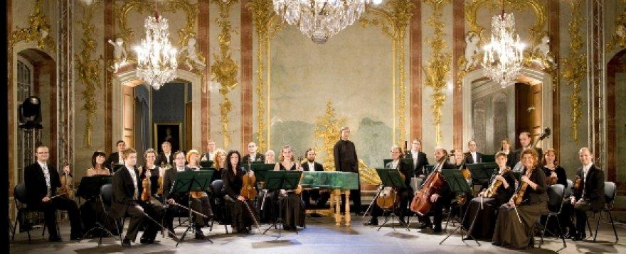 """Svarbiausias koncerto svečias – meno vadovo Normundo Šnė prieš kelis metus suburtas kamerinis orkestras """"Sinfonietta Riga""""."""