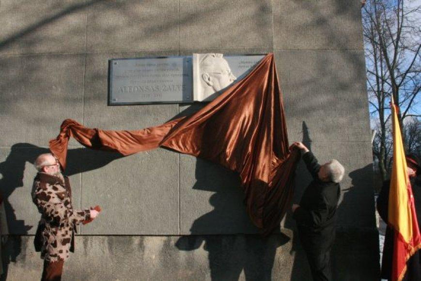 Ant Mažvydo alėjos daugiabučio pakabinta memorialinė lenta.