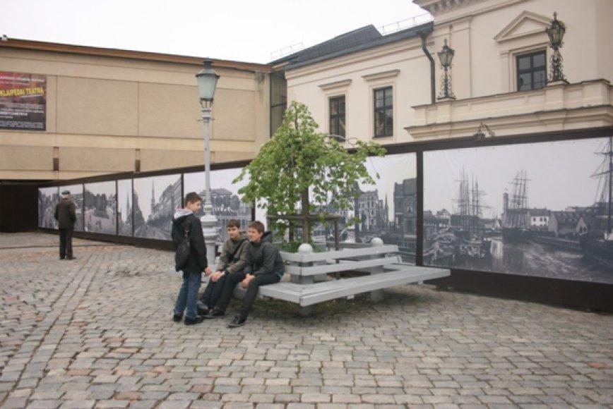 Rekonstruojamo Klaipėdos dramos teatro pastato tvorą papuošė fotografijos su senąja Klaipėda.