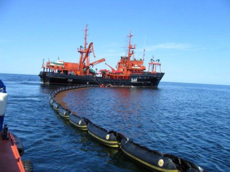 """Paieškos ir gelbėjimo bei teršalų likvidavimo laivas """"Šakiai"""" stato bonines užtvaras."""