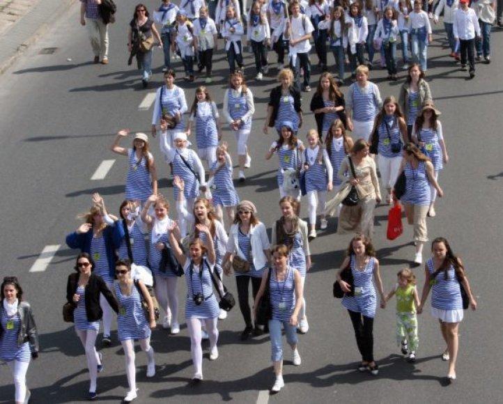 Tūkstantis vaikų iškilmingai pražygiavo Klaipėdos gatvėmis iki Vasaros estrados.