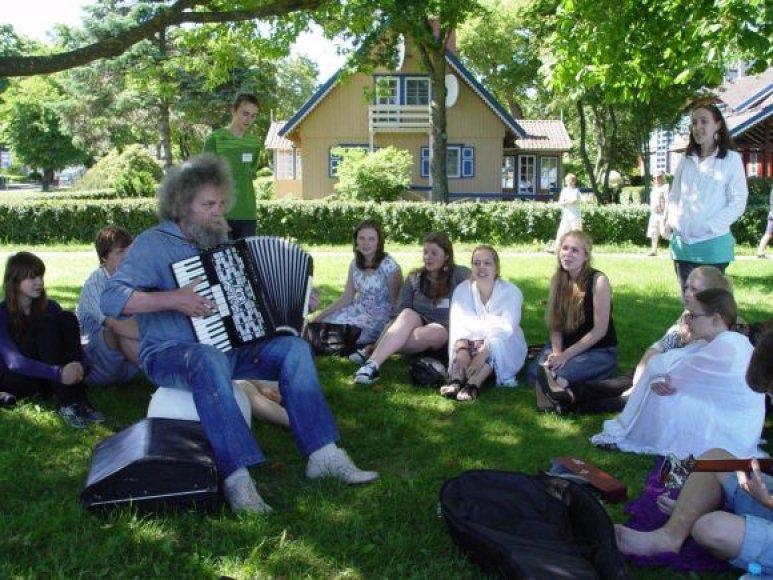 Maestro A.Kulikauskas moko moksleivius muzikinių improvizacijų.