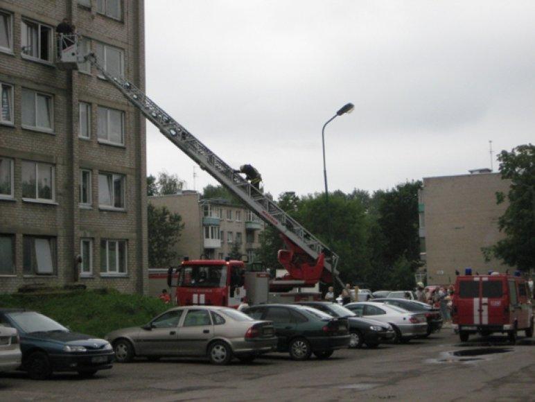 Du bute girtuokliavę vyrai nukelti ugniagesių kopečiomis.