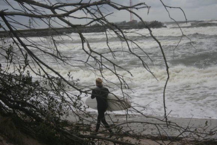 Ekstremalai nepraleido progos pasigalinėti su siautėjančia jūra.