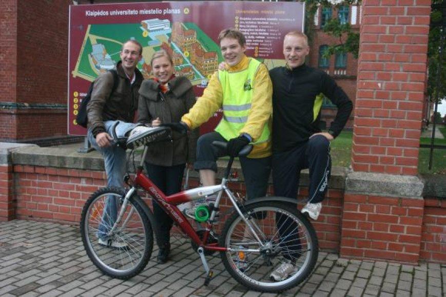 Keturi studentai varžėsi, kas greičiau pasieks Klaipėdos universiteto miestelį. Nepralenkiama buvo vairuotoja.