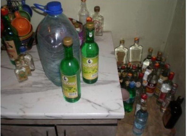 Kretingiškė viename kambaryje laikė 137 litrus naminės degtinės.