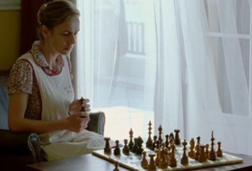 """Juosta """"Žaidėja"""" pasakoja apie nevaldomą moters aistrą šachmatams."""
