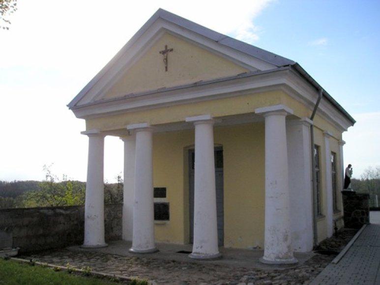 Gargždų bažnyčios šventoriaus šiaurės rytų kampe stovi apie 1840–1841 m. pastatyta koplyčia.
