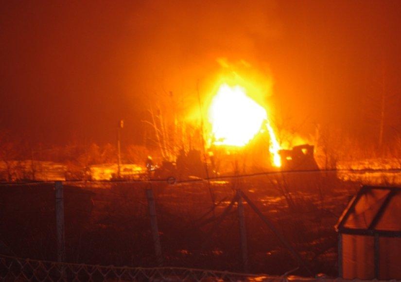 Nuotrauka iš įvykio vietos: liepsnos prarijo nedidelį namelį.