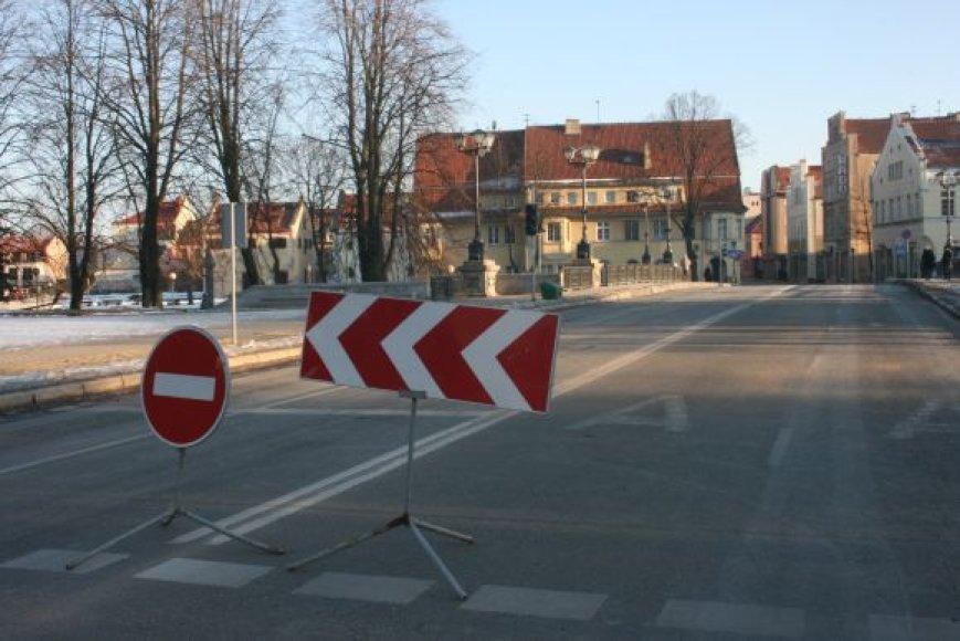 Nuo antradienio lengviesiems automobiliams bus draudžiama važiuoti Tiltų gatve, jei sprendimo nepakeis miesto politikai.