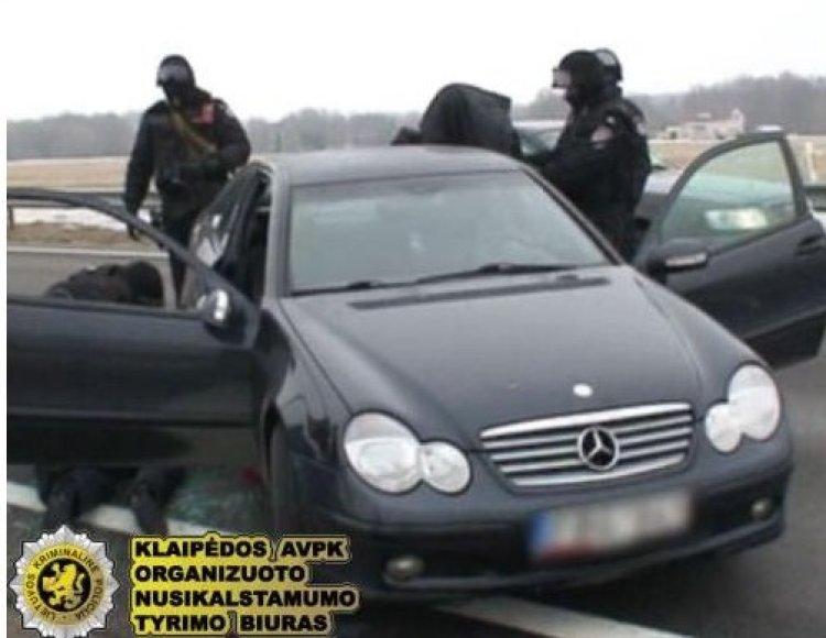 Operacijos metu per jėgą pateko į automobilio vidų, nes įtariamiej priešinosi.