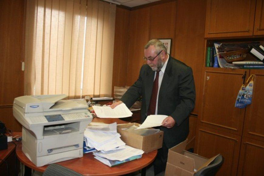 Tarybos sekretorius liberalas Vidmantas Plečkaitis vakar krovėsi mantą.