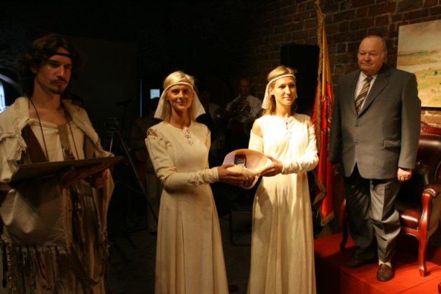 Kultūros magistrai apdovanojami per iškilmingą ceremoniją Klaipėdos Piliavietėje.