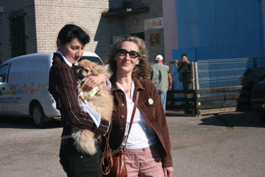G.Kučinskienė (kairėje) priglaudė šunelį, antradienį ketina paimti ir Baksą. Kartu su ja beglobių gyvūnų namuose lankėsi ir G.Koller.