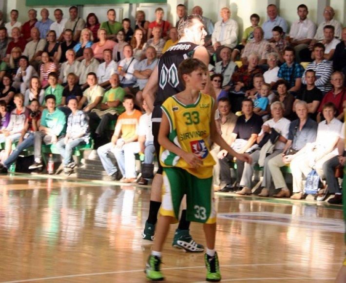 Arvydas Sabonis su artimaisiais varžosi šeimų krepšinio turnyre Klaipėdoje.