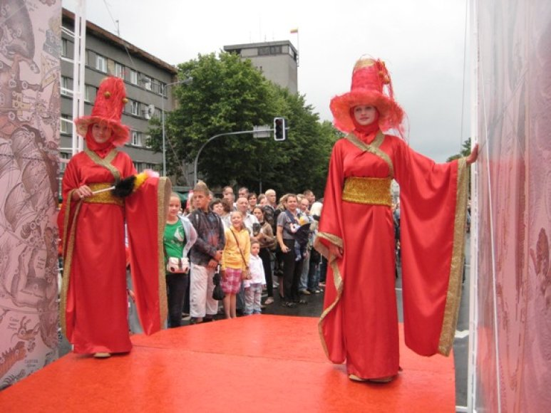 Šiemet Jūros šventės dalyviai kviečiami žengti pro iškilmingus vartus raudonu kilimu.
