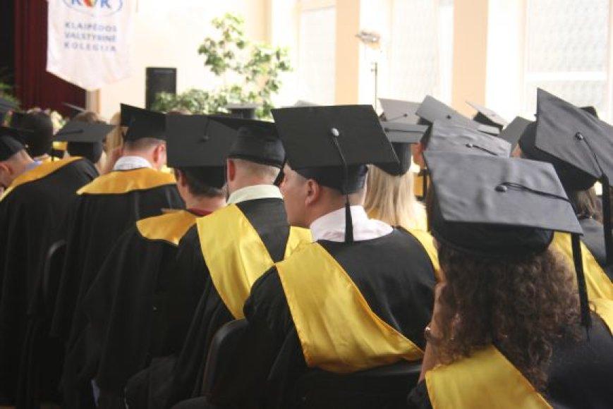 Absolventai, tik ką gavę diplomus, liepą išaugino bedarbystės rodiklius.