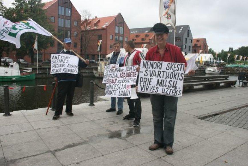Piketuotojai Klaipėdoje piktinosi nesaugiomis krantinėmis.