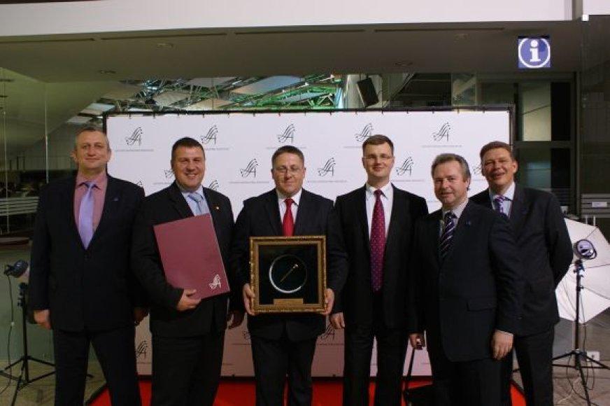 Palangos meras Šarūnas Vaitkus (centre) atsiėmė apdovanojimą.