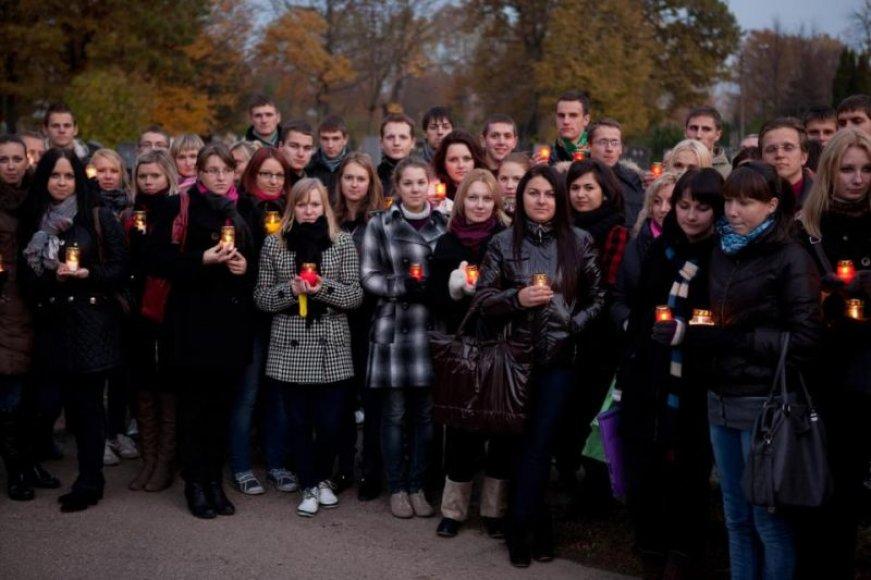 Studentai uždegė žvakutes ir padėjo ant apleistų kapų.