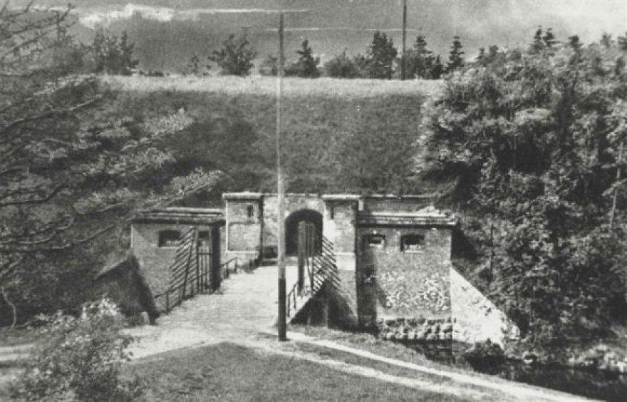 Nerijos forto vartai. XX a. 2–3 dešimtmečio nuotrauka. 1897–1939 m. Nerijos fortas buvo pritaikytas civilių poreikiams. Buvusiais amunicijos sandėliais naudojosi Klaipėdos uosto direkcija. Redute apsigyveno darbininkai ir tarnautojai. 1934 m. forto gynybinis griovys buvo sujungtas su mariomis ir jam