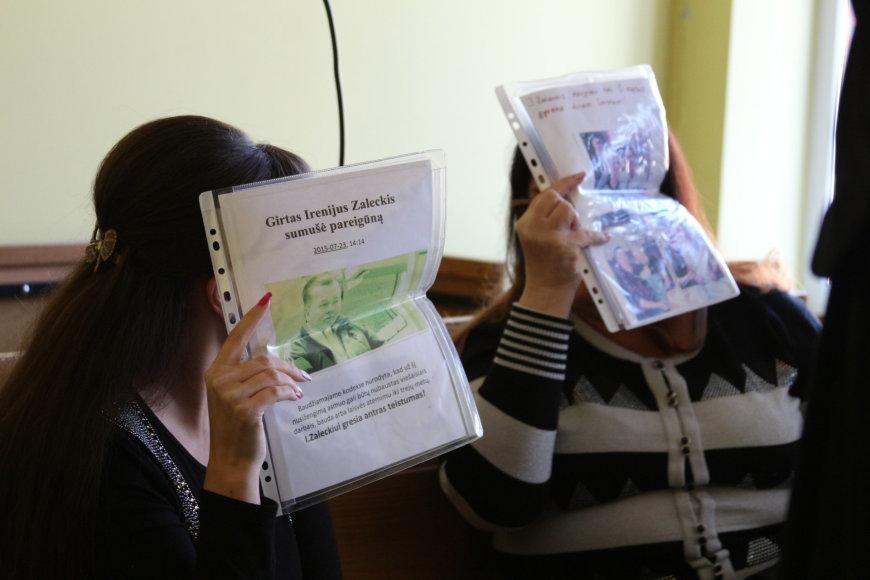 Kaltinamosios Viktorija Gudkova ir Jelena Berlimova teisme dangstė savo veidus.