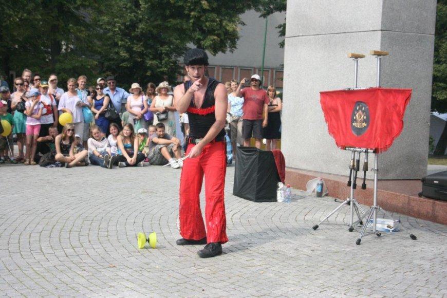 Jūros šventėje svečius linksmina cirko artistai.