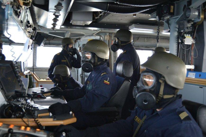 Karinėse pratybose Vokietijoje dalintasi patirtimi, kaip gelbėti laivą tiek šiam stovint prie kranto, tiek jūroje.