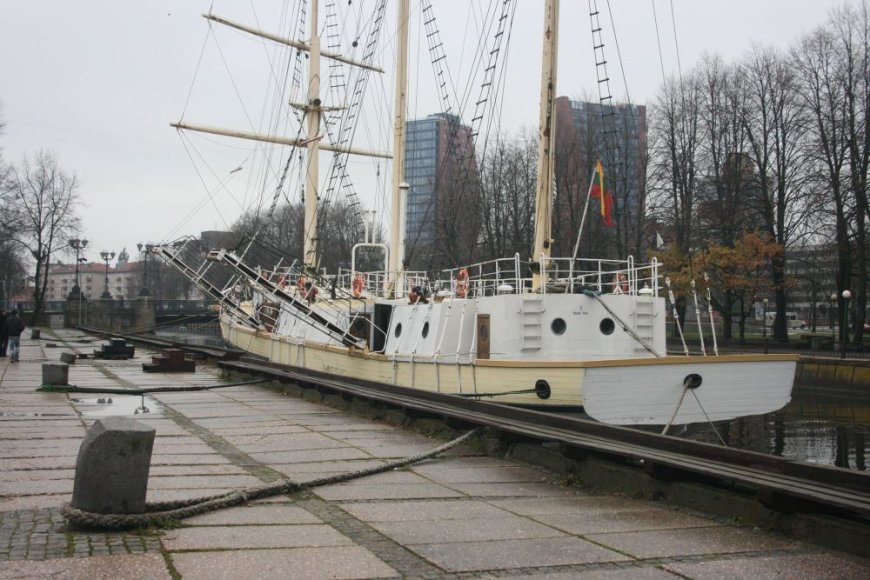 """Klaipėdos simboliu vadinamas """"Merdianas"""" ant šono nevirsta tik dėl to, kad ra tvirtai pririštas prie Danės krantinės."""