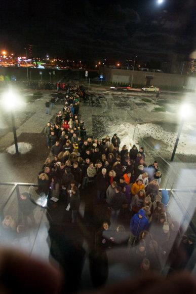 """Likus daugiau nei valandai iki koncerto prie """"Švyturio"""" arenos nusidriekė didžiulė eilė."""