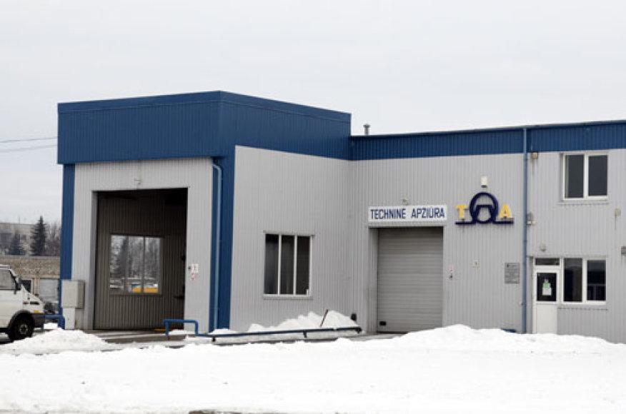Dėl internete pasirodžiusio kompromituojančio komentaro techninės apžiūros kontrolierius Augustinas Trakys turėjo palikti šią darbovietę Kretingoje – jis buvo perkeltas į Klaipėdą.