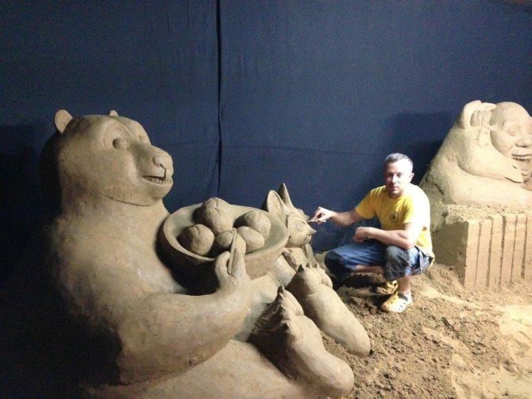 Andrius Petkus iš smėlio kuria animacines skulptūras.