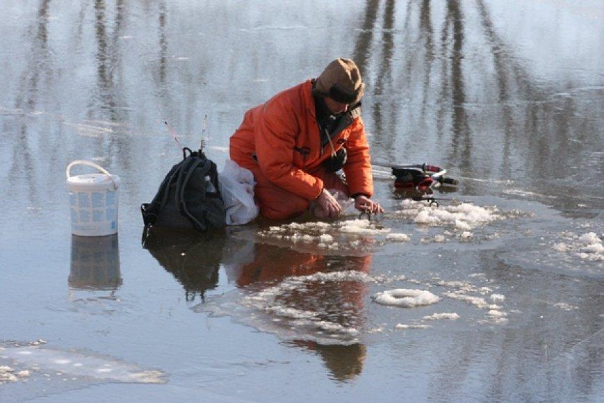 Žvejai įsitikinę, kad ant ledo lipti saugu, tad galvoja tik apie laimikį.  (1)