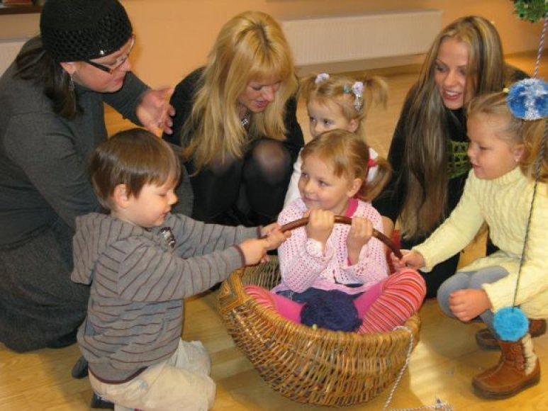 Etnokultūros centro viešnios susirinkusioms šeimoms papasakos apie paprastas, dar močiučių praktikuotas linksmybes vaikams.