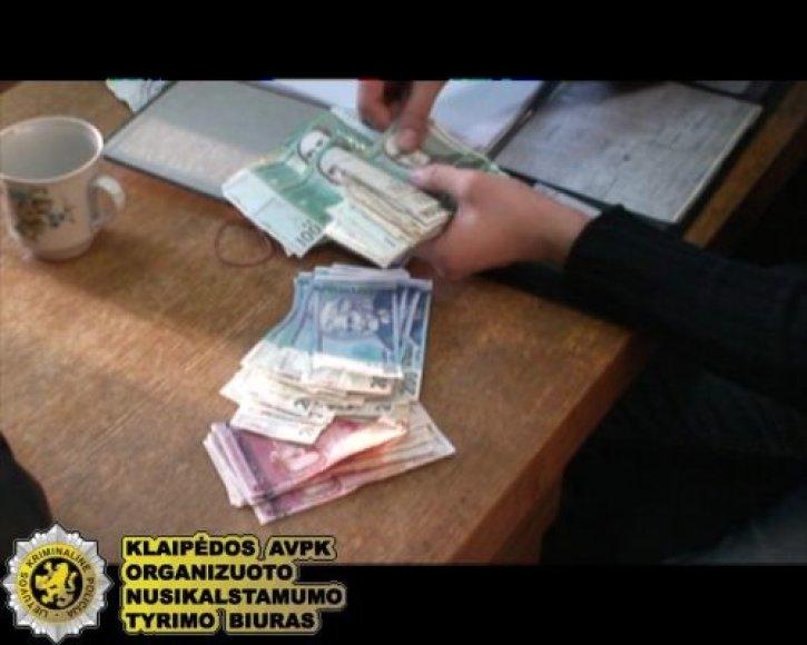 Pas vieną iš narkotikų prekeivių aptikta ir kone 19 tūkst. Lt.